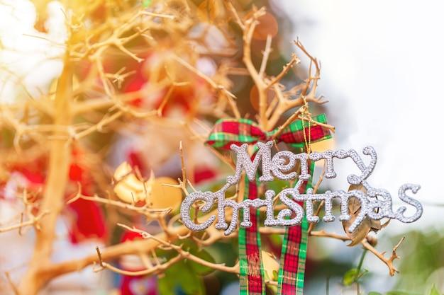 Albero di natale, decorazione natalizia con la lettera buon natale.