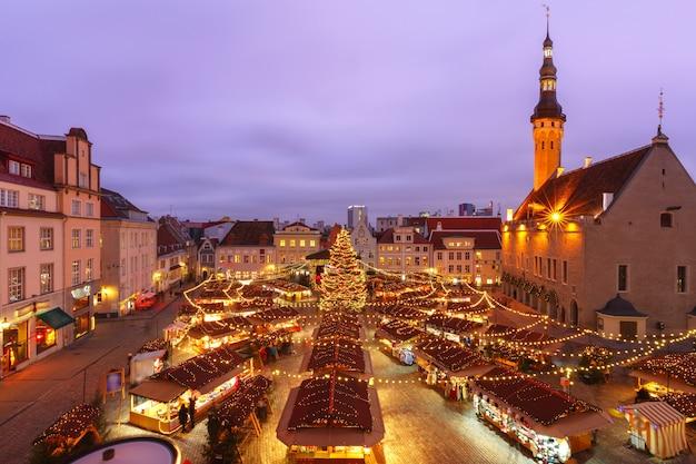 Albero di natale e mercatino di natale in piazza del municipio a tallinn, estonia. vista aerea