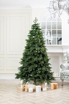 Primo piano dell'albero di natale senza giocattoli con regali. buon anno nuovo spirito. albero di natale verde all'interno della casa