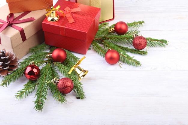 Albero di natale e coni, palline colorate di capodanno con nastro e confezione regalo