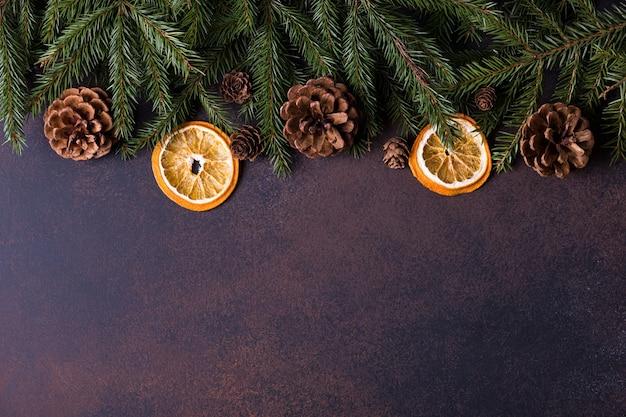 Albero di natale, coni e arance
