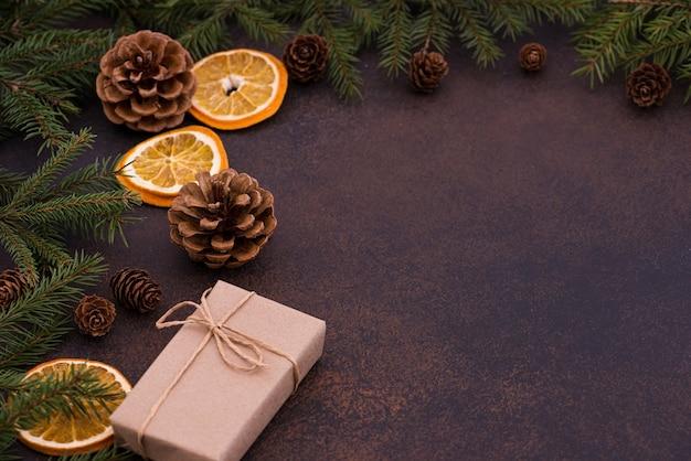 Albero di natale, coni con un regalo di capodanno