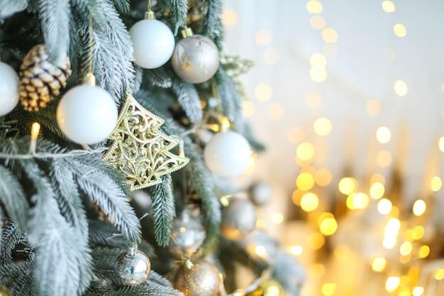 Albero di natale decorato in toni di luce morbida close-up senza persone