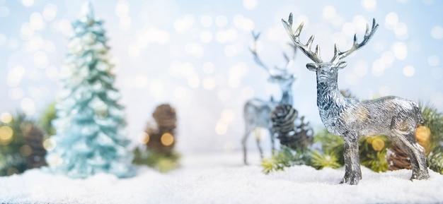 Albero di natale decorato con ornamenti natalizi su uno sfondo sfocato, scintillante e favoloso con bellissimo bokeh, spazio per le copie.
