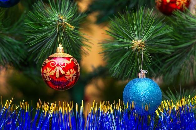 Albero di natale decorato con palline colorate