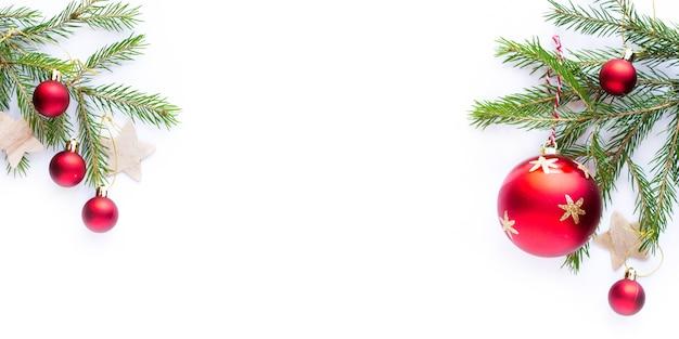 Decorazione per albero di natale su sfondo bianco