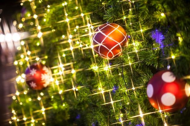 Le decorazioni dell'albero di natale illuminano lo sfondo