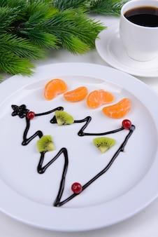 Primo piano dell'albero di natale dal cioccolato sul piatto