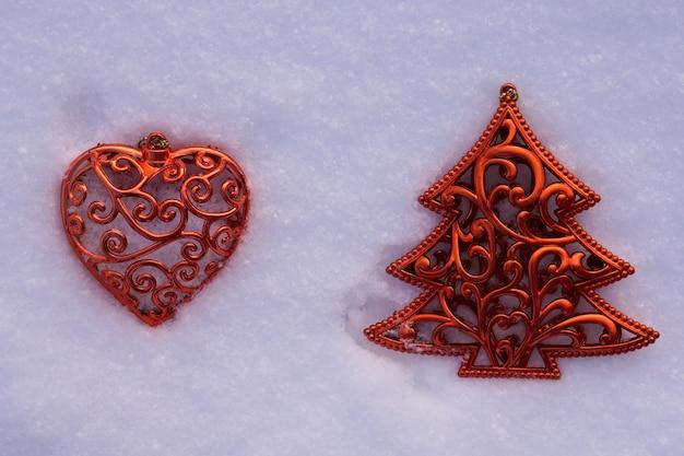 Albero di natale e cuore sulla neve. vista dall'alto