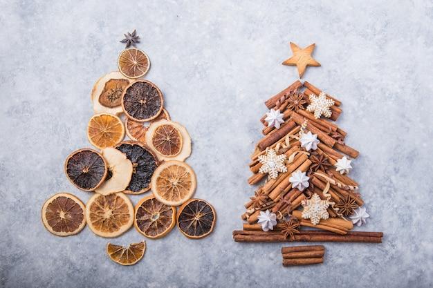 Albero di natale fatto di arance secche e cannella con biscotti di panpepato tradizionali