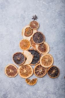 Albero di natale fatto di arance secche