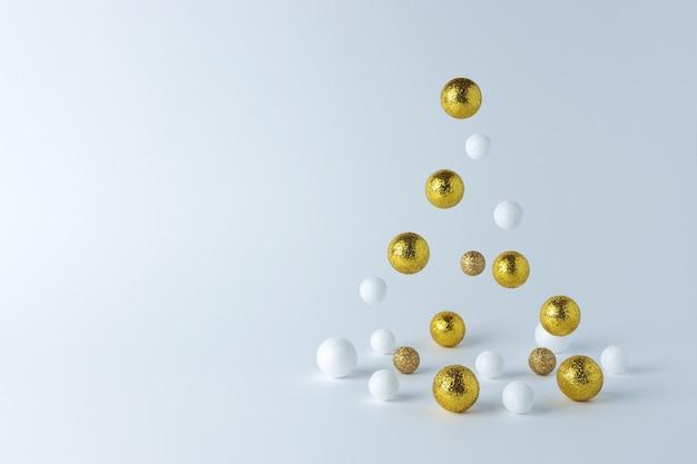 Albero di natale realizzato in oro e decorazioni bianche
