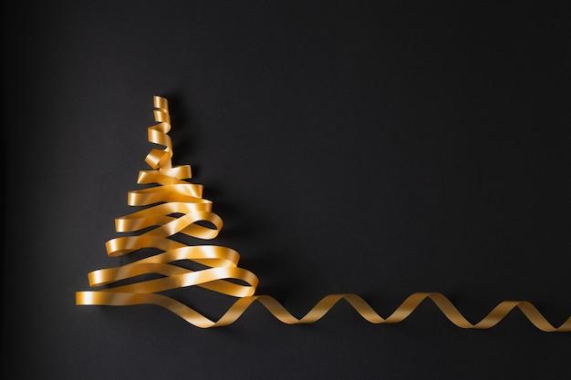 Albero di natale fatto di nastro dorato