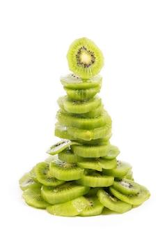 Albero di natale fatto di kiwi frutis