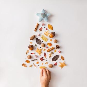 Albero di natale fatto di vari frutti e foglie autunnali. lay piatto. concetto di nuovo anno.