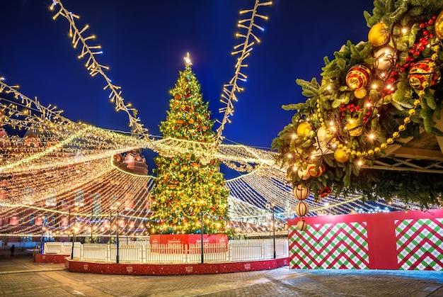 Albero di natale in piazza manezh a mosca e decorazioni per alberi di natale nell'illuminazione notturna