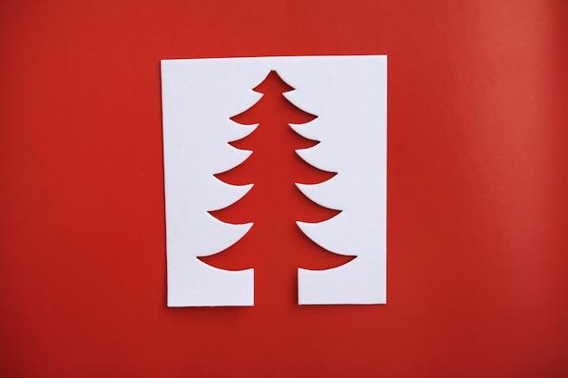 Carta di papercraft di disegno di taglio della carta dell'albero di natale. colore bianco, rosso e verde
