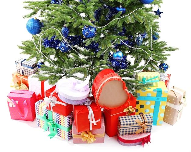 Albero di natale e regali isolati su bianco