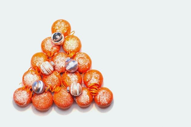 Forma di albero di natale realizzato con mandarino succoso (mandarini), vista dall'alto.