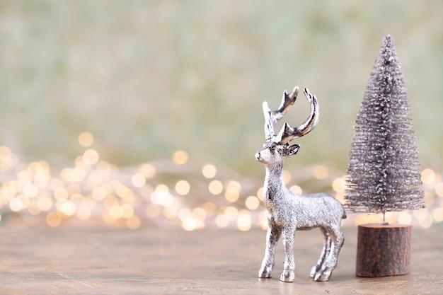 Albero di natale su sfondo argento bokeh