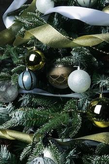 Albero di natale. sfere d'argento e d'oro.