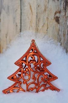 Albero di natale sulla neve su legno