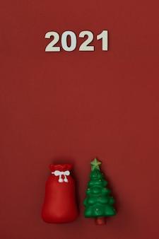 Albero di natale e giocattoli su uno sfondo rosso