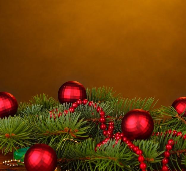 Albero di natale con bellissime palle di capodanno su sfondo marrone