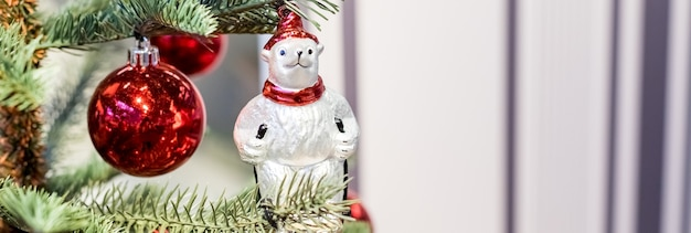 Albero di natale con giocattoli colorati all'interno. banner web panoramico dell'albero di natale tradizionale
