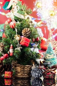Albero di natale con decorazioni e scatole regalo su legno