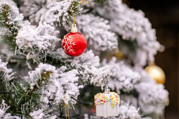 Albero di natale con decorazioni e neve