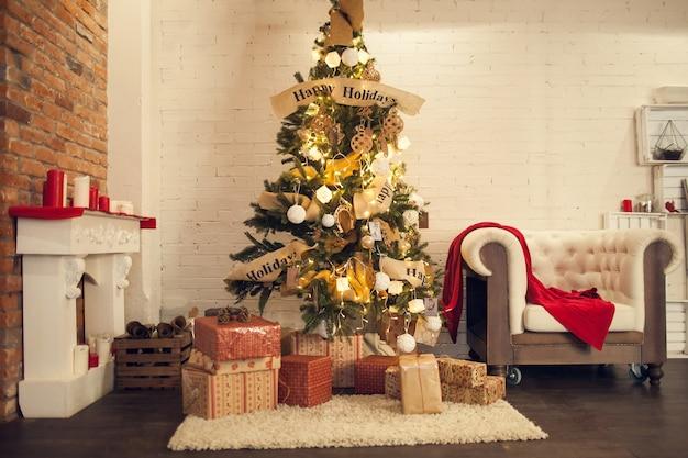 Albero di natale con scatole regalo in una stanza con interni in stile loft