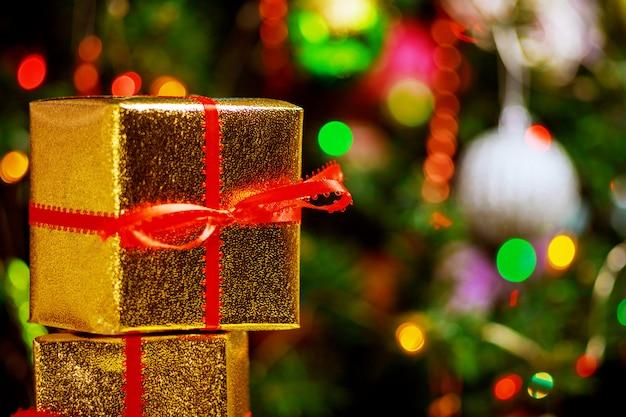 Albero di natale con i regali, bel concetto di scatole regalo di natale.