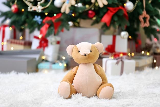 Albero di natale con orsetto e scatole regalo