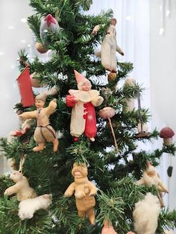 Un albero di natale con una varietà di giocattoli vintage