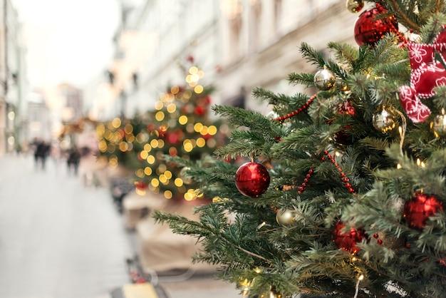 Alberi di natale decorati con palline e ghirlande per le strade della città