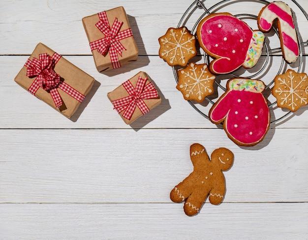 Scatola di ninnoli natalizi regali biscotti allo zenzero glassati con zucchero a velo omino di pan di zenzero capodanno