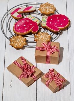 Scatola di ninnoli natalizi regali biscotti allo zenzero glassati con zucchero a velo regali di capodanno verticale