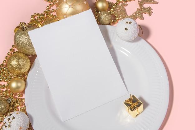 Mockup di carta verticale 5x7 natalizio bordi strappati con tavola festiva