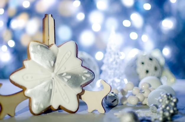 Natale, palla bianca, illuminazione, albero, e, giocattoli, con, luminoso, bokeh, luci, vacanze invernali, concept