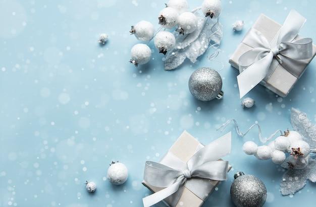Composizione in natale o in inverno cornice composta da decorazioni bianche su sfondo blu pastello