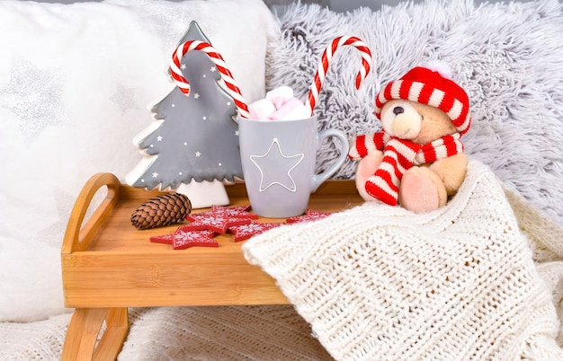 Composizione in inverno di natale su un vassoio di legno. felice anno nuovo e buon natale concetto di umore. trascorri l'inverno a casa.