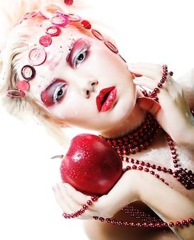 Donna fata invernale di natale con mela rossa