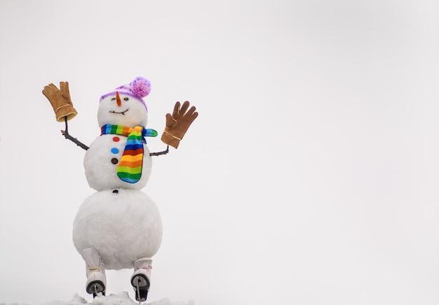 Natale e inverno moda felice festa celebrazione pupazzo di neve di natale in guanti sciarpa cappello con