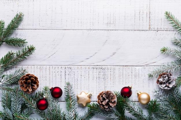 Natale con rami di abete, pigne e bacche