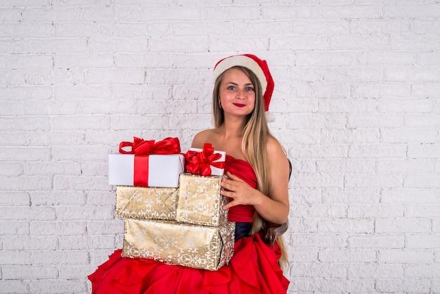 Donna di natale che tiene il tiro del regalo del nuovo anno