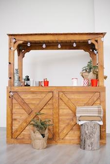 Bancarella in legno di natale con bevande calde