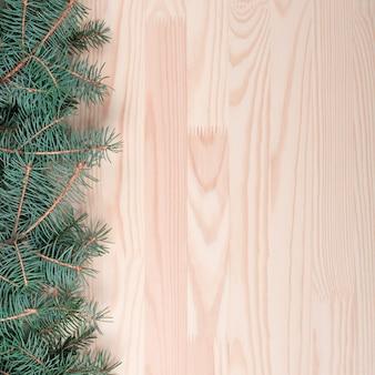 Natale in legno con neve abete. legno chiaro con rami di abete.