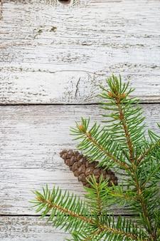 Natale in legno con neve abete.