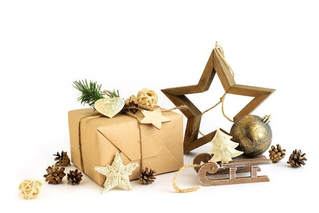 Regali natalizi incartati e decorazioni fatte a mano